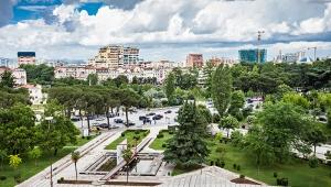 Tirana - Pflastersteine und glänzende Wolkenkratzer